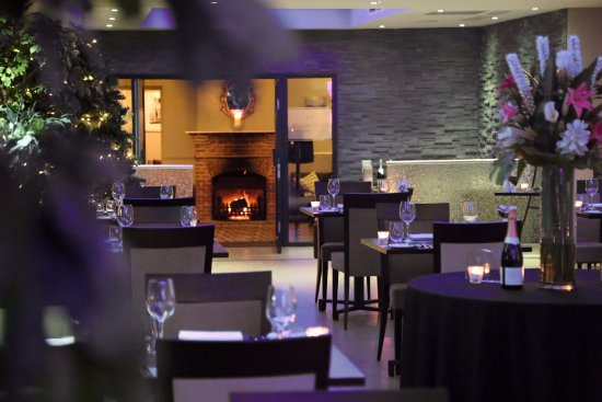 Albourne, UK : The Glass House Restaurant view towards fireplace