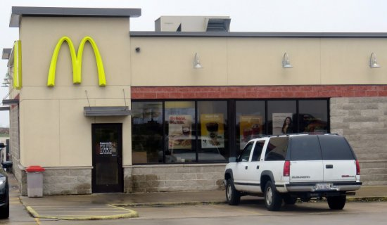 Stockton, IL: Entrance to McDonald's from parking lot