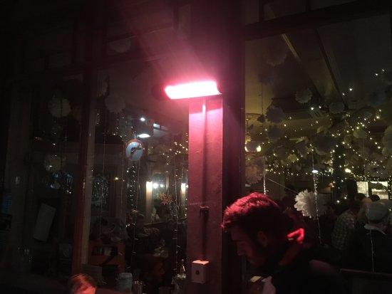 The Black Dog Freehouse: tavoli esterni con stufa