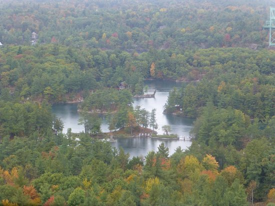 Lansdowne, Canadá: tree infested islands
