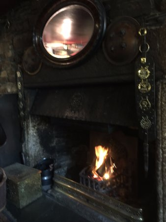 Lydford, UK: Lunch beside a cosy log fire, the rain pattering at the window. Lovely.