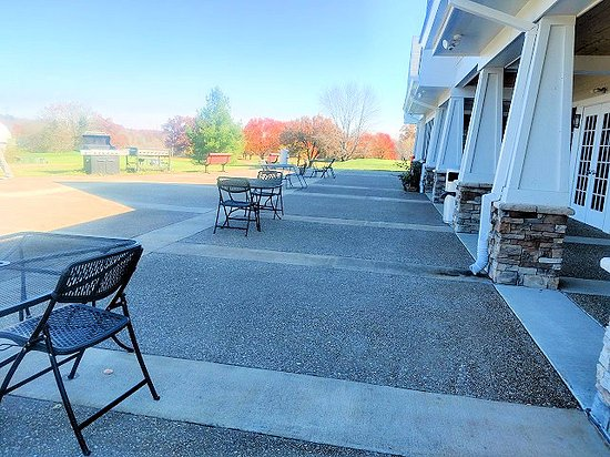 Jeffersontown, KY: outside 19th hole eating area
