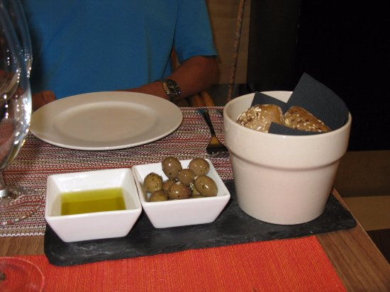 Hotel da Musica : olives, olive oil and bread before the meal
