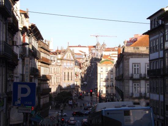 Distrito do Porto, Portugal: Kościół wystaje ponad Dolne Miasto