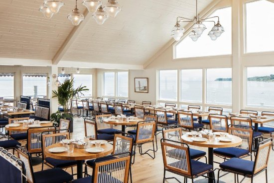 Greenport, NY: Our dining room features stunning views of the sound