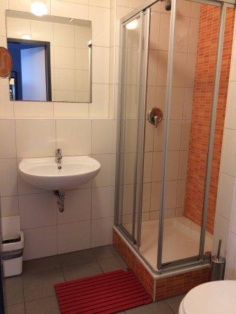 Wombat's City Hostel: Banheiro do quarto feminino com suíte