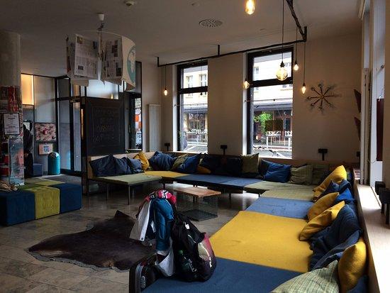 Wombat's City Hostel: Espera na recepção com grande sofá