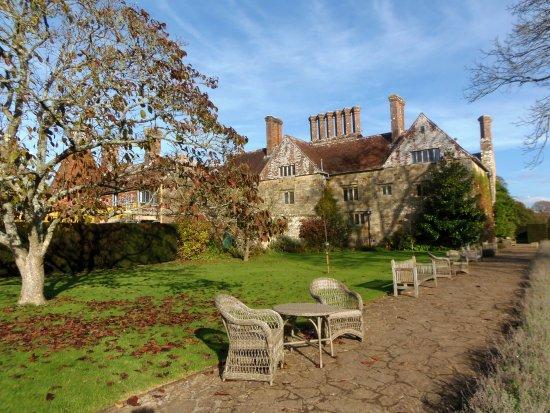 Burwash, UK: Seats in the garden at Batemans