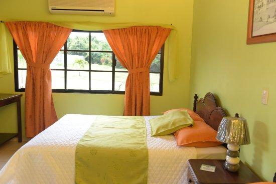 Gracias, Honduras: habitaciones con camas matrimonial, muy confortables y vista al área verde