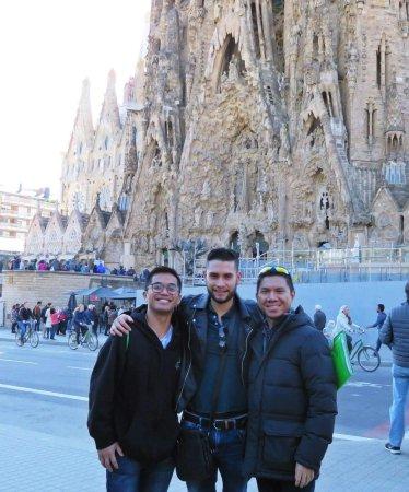 cddab213 Homofil Private Walking Tour med Sagrada Famlia og Casa BatlloTickets: My  friend and I with