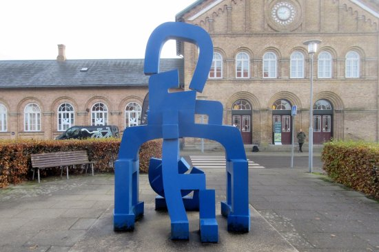 ‪Egon Fischer's blue sculpture‬