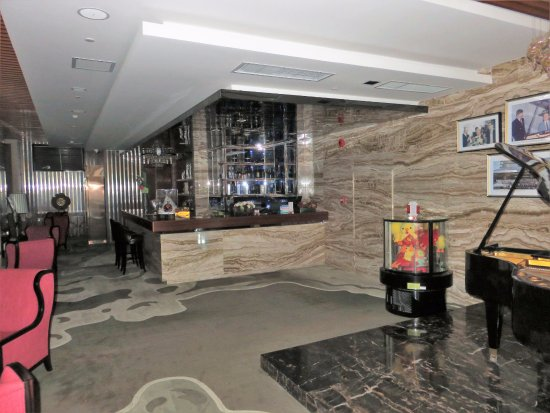 Shantou, China: Bar on lobby level