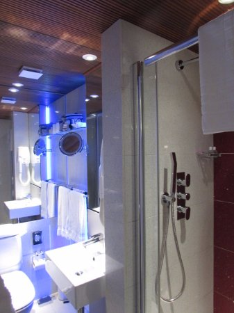 Henley House Hotel : banheiro novo