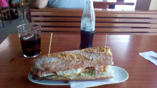La Muela, Ισπανία: Hamburguesa XL (con huevo frito)