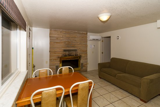 Lake Ozark, MO: 2-bedroom/1 bath Suite - Unit 24 with Fireplace