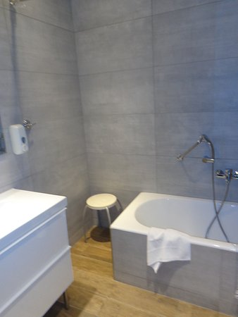 Piraeus dream city hotel updated 2017 prices reviews for Best bathrooms ever