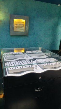 Musee de la Perle Robert WAN - The Robert WAN Pearl Museum: Displays show some exquisite pearl jewelry