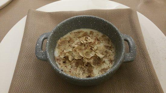 Govone, Italië: Ei mit Trüffel und Parmesancreme