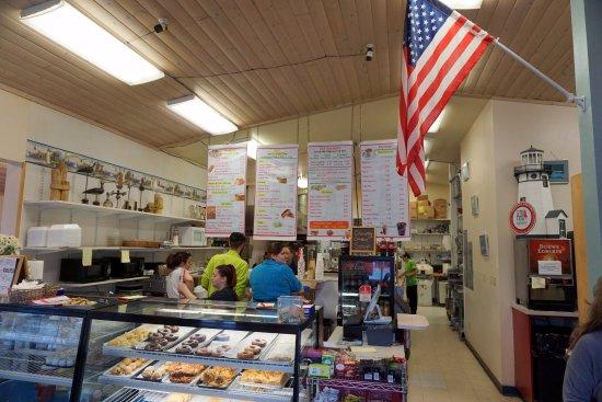 Lighthouse Cafe and Bakery: balcão de atendimento e cozinha no fundo