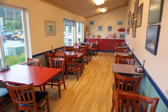 Lighthouse Cafe and Bakery: salão com mesas lateral