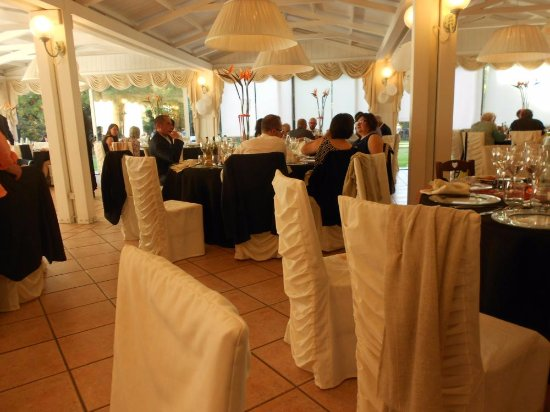 Petrignano d'Assisi, Itália: Well designed dining room holds many people without seeming crowded or too vast.
