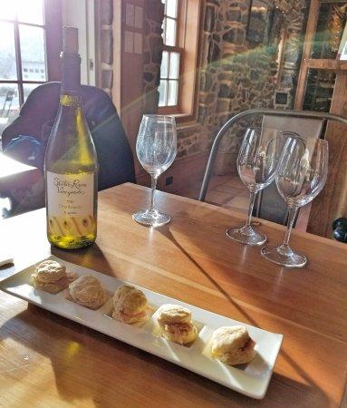 Upperville, Wirginia: Chardonnay & Ham Biscuits