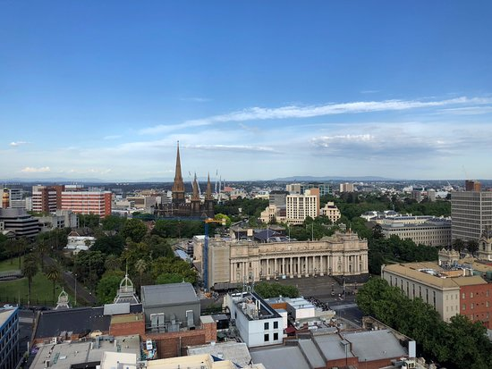 Rydges Melbourne Hotel: View over Parliament from the 20th Floor