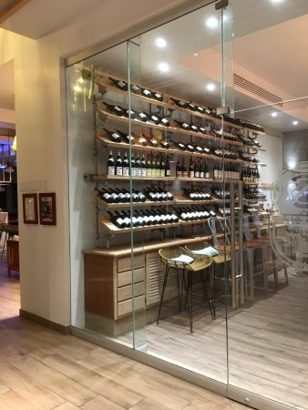 San Salvador: La Cave wine cellar (on the second floor above the fitness center)