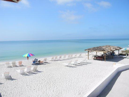Gulf Beach Resort Motel: Beach chairs provided, tiki hut, view from 319