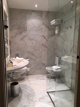 Grand Hotel Baglioni Firenze: Bathroom shower-only
