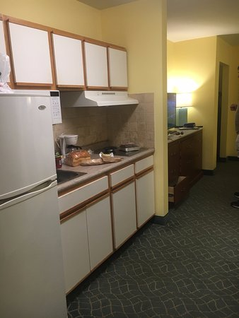 Sunshine Suites Resort: Kitchen with 2 burners, no stove