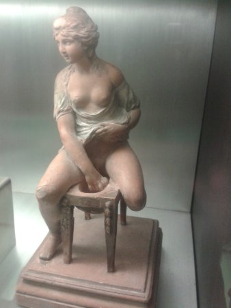 Museo Lazaro Galdiano : Pequeña muestra de cerámica. Detalle y delicadeza.