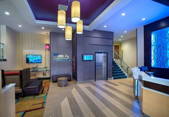Fairfield Inn New York LaGuardia Airport/Astoria: Lobby & Front Desk