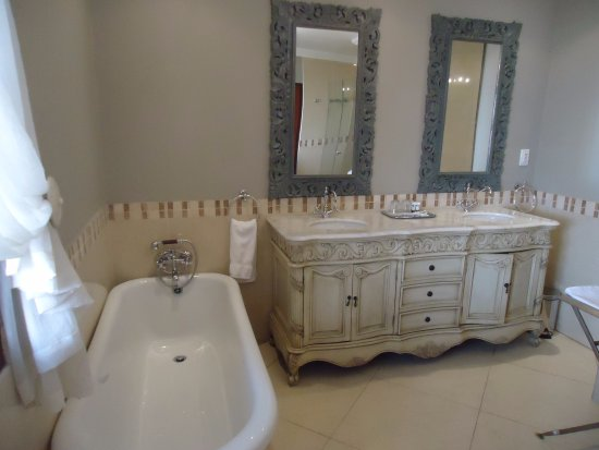 Sandton Boutique Hotel - 28A on Oxford: The other half of the bathroom huge and beautiful.