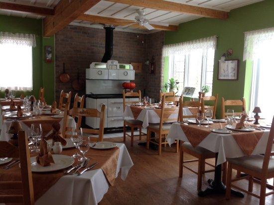 Restaurant Le Dialogue: Salle à manger chaleureuse