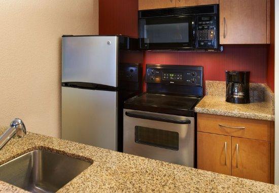 Warren, Мичиган: Two-Bedroom Suite Kitchen