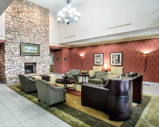 Mineral Wells, WV: Spacious lobby with sitting area
