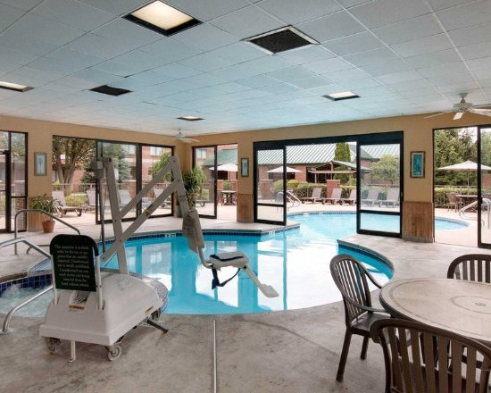 Mineral Wells, Virginia Occidentale: Indoor pool with hot tub