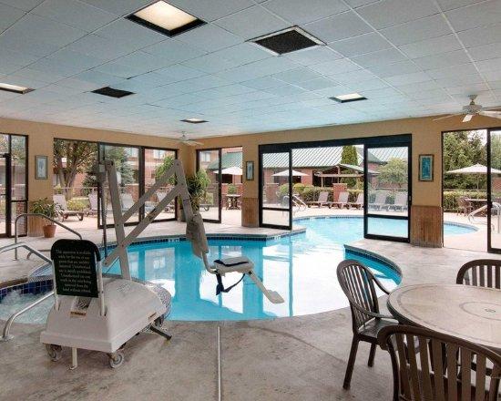 Mineral Wells, Западная Вирджиния: Indoor pool with hot tub