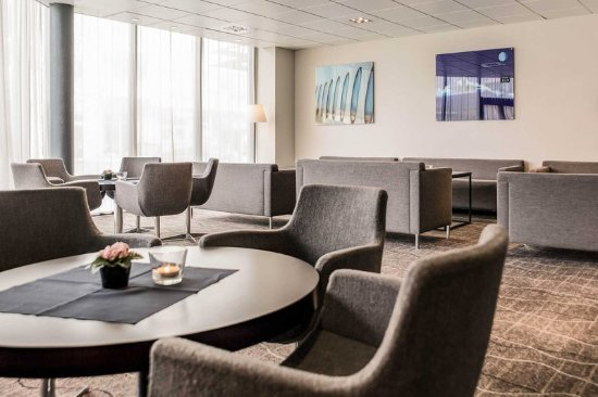 Stjordal, Norway: Spacious lobby with sitting area