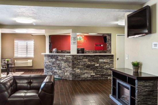 Quality Inn: Lobby with sitting area