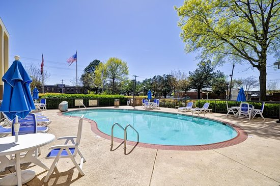 Hampton Inn Memphis-Poplar: Outdoor Pool