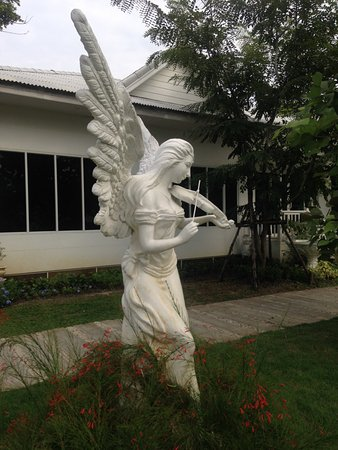 Pathum Thani, Thailand: garden with statues