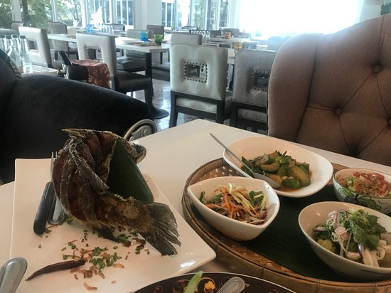 Pathum Thani, Thailand: Fried seabass and garniture