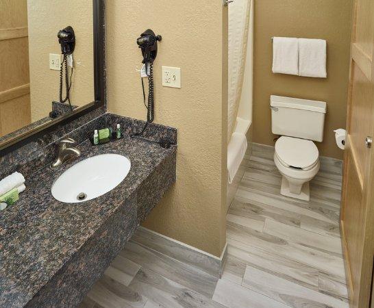 Maplewood, MN: Guestroom Bathrooms