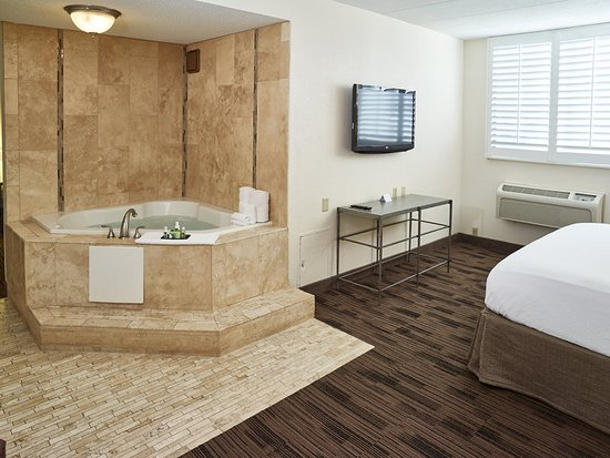 Maplewood, MN: Whirlpool Suite