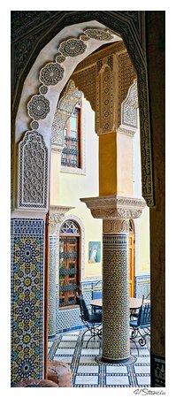 Riad Layalina Fez: Vue par la porte du salon sur le patio - détails architecture