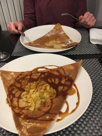 Balade en Crepanie : Crepe caramel beurre et pommes, crêpe andouille et moutarde