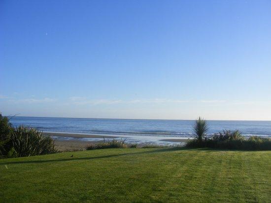 Takaka, Selandia Baru: View across the grounds to the sea