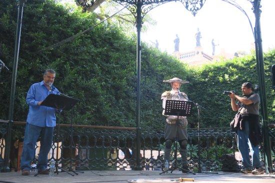 Jardin de la Union: セルバンティス芸術祭の期間中、公園でイベントが行われていました